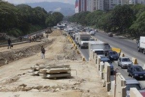 Reportan por segundo día consecutivo cola en la autopista Valle – Coche