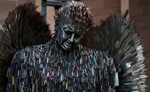 EN FOTOS: La escultura de un ángel hecha de cuchillos confiscados
