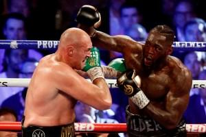 """Tyson Fury cumplió su extraña promesa y """"probó"""" la sangre de Wilder tras vencerlo (Video)"""