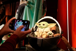 Juguetes oficiales de Baby Yoda a los que no te podrás resistir (Fotos+Videos)