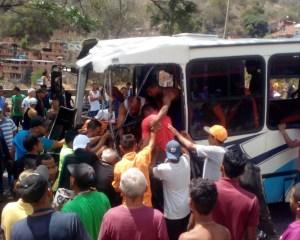 Fuertes imágenes: Varios heridos dejó accidente entre camión y autobús en la GMA #22Feb
