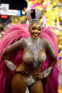 """Las """"gordibuenas"""" se apoderan del Carnaval de Brasil 2020 con exóticas figuras (Fotos)"""