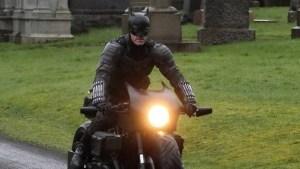 """Filtran escena del """"Batman"""" de Robert Pattinson en su Batimoto con un final inesperado (Video)"""
