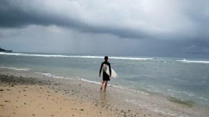 Surfista comprobó que nadaba en una playa llena de tiburones tras grabar un video con su dron