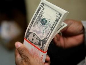 Bloomberg: Venezuela se acerca a la dolarización con nuevas reglas bancarias