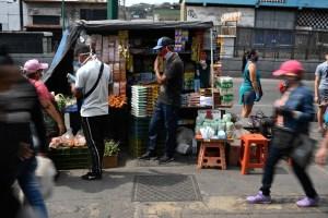 """""""Nos cuesta un poquito"""" evitar besos y abrazos, dicen los venezolanos"""