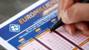 ¡Todo MAL! Ganó 17 millones de euros en lotería pero no podrá recibirlo hasta terminar la cuarentena