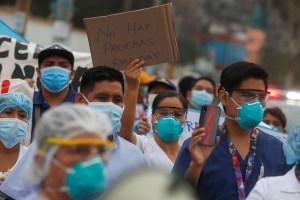 Familiares de pacientes con coronavirus imploran por oxígeno en Perú