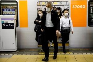 Los trenes abarrotados en Japón alientan el temor a un rebrote de coronavirus