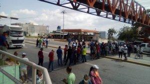 Luego de tres días de cola, conductores en Barquisimeto trancan avenida exigiendo gasolina #4Jun (Foto)
