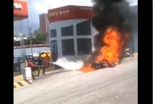 Una moto se incendió apenas echó gasolina en Trujillo (Video)