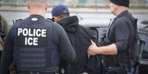 Condenan por 18 meses a migrante que golpeó a un agente de ICE durante una redada