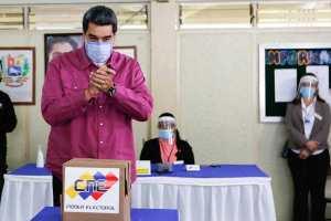 Los anillotes de oro que enseñó Maduro tras participar en su fraude electoral (FOTO)