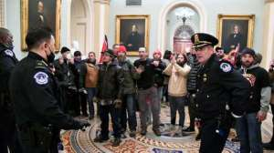 """Oficiales del Capitolio relataron que luchaban por sus vidas """"con uñas y dientes"""""""