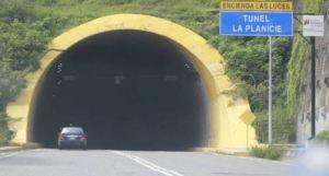 """¡PELIGRO! Conductores alertaron que el Túnel """"La Planicie"""" no tiene luz (Video)"""