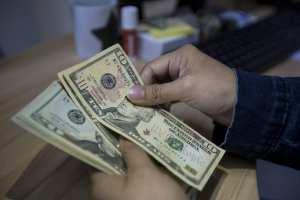 """Los problemas de encontrar cambio en Venezuela: """"Me dan un billete de 20 dólares por 18 billetes de 1 dólar"""""""
