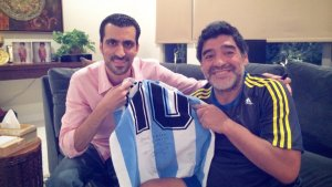"""Las historias del traductor de Maradona en Dubai: El día que se """"durmió"""" en una conferencia"""