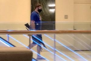 Captaron a un policía caminando en un hotel de Washington con cholas y dos rifles