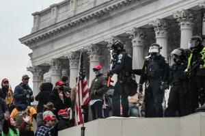 """Policía usó un sombrero de """"Make America Great Again"""" durante los disturbios en el Capitolio"""