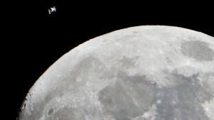 Fotógrafo captó una extraña IMAGEN de la EEI mientras pasaba frente a la Luna
