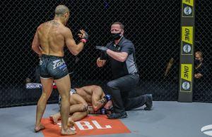 Descalificaron a luchador de UFC por un brutal golpe a su rival y explotó en llanto (Video)