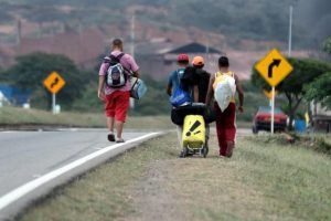 Venezolanos caminan de Caracas a Táchira para cruzar la frontera (Video)