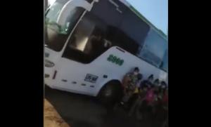 Venezolanos que viajaban en autobuses quedaron atrapados por protestas en Colombia (Video)