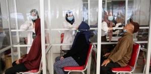 Destapan un red que reutilizaba test nasales en un aeropuerto de Indonesia