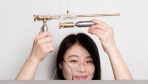 Estudiante diseña una pistola que recoge las lágrimas, las congela y las dispara (VIDEO)