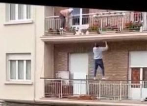 Un joven trepó por un edificio para rescatar a una anciana a punto de caer de un balcón (VIDEO)