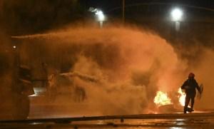 Impactante FOTO del manifestante expulsado por un chorro de agua en Colombia