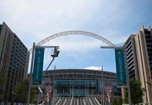 Un aficionado en estado grave tras caerse de una de las tribunas del estadio de Wembley
