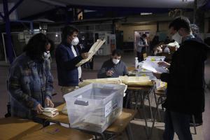 Cerraron las urnas en Chile e inició conteo de votos de comicios regionales