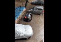 VIRAL: Un auto estacionado se hunde por completo en el asfalto en India (Video)