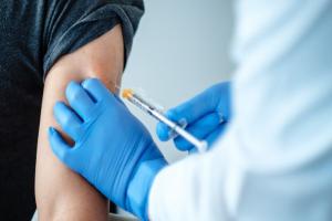 Desarrollan una nueva estrategia de vacunación que podría prevenir futuros brotes de coronavirus