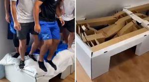 """EN VIDEO: Atletas israelíes rompen una cama """"anti-sexo"""" de la Villa Olímpica"""