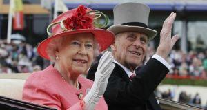 """Isabel II agradeció a una joven por pintar un retrato """"espeluznante"""" del príncipe Felipe (Foto)"""