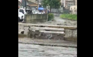 En VIDEOS: Fuerte aguacero colapsó las calles de Caracas este #28Jul