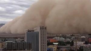 """EN VIDEO: Una gigante tormenta de arena """"arropó"""" toda una ciudad china"""