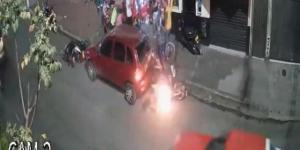 EN VIDEO: Terminó envuelto en llamas luego de chocar con un vehículo estacionado en Colombia