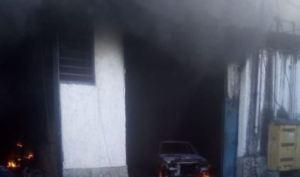 VIDEO: Reportaron fuerte incendio este #23Jul en zona industrial de San Isidro, Petare