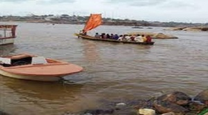 En Ciudad Bolívar, pescan a remo y con velas por las escasez de combustible