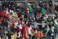 """Al menos seis heridos dejaron disturbios en """"El Campín"""" de Bogotá tras el regreso del público a los estadios en Colombia (VIDEOS)"""