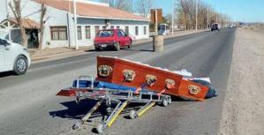 Ataúd se cayó del carro fúnebre y quedó abierto en plena calle de Argentina