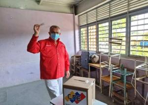 """La FOTO: Ramón Carrizalez """"votó"""" al lado de pupitres que jamás se interesó en reparar"""
