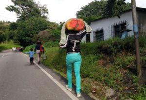 Más de 5 mil caminantes a la semana atraviesan el Táchira con rumbo a la frontera con Colombia