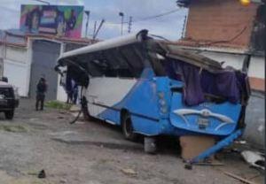 Al menos un muerto dejó choque de un autobús en El Junquito