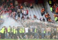 Fanáticos de Lens y Lille invadieron el campo para pelearse entre lacrimógenas (VIDEOS)