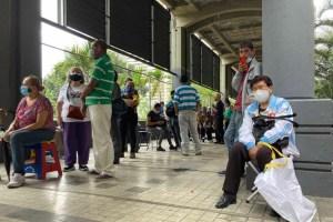 Septuagenario murió en plena cola para vacunarse en el hotel Alba Caracas
