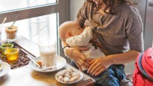 """""""Sé decente, no como un animal"""": La corrieron de un restaurante en EEUU por amamantar a su bebé"""